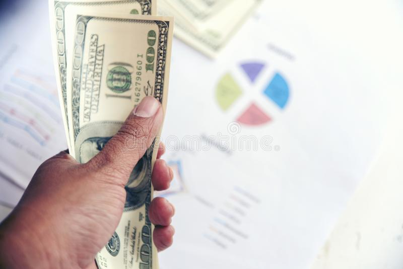 财务摘要报告 在办公室桌上的商业文件与财政的图表和美元 库存图片