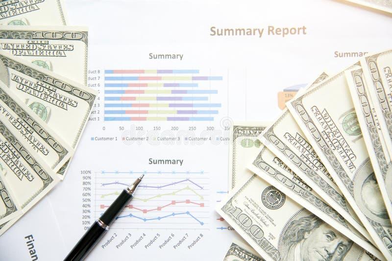 财务摘要报告 在办公室桌上的商业文件与财政的图表和美元 免版税图库摄影