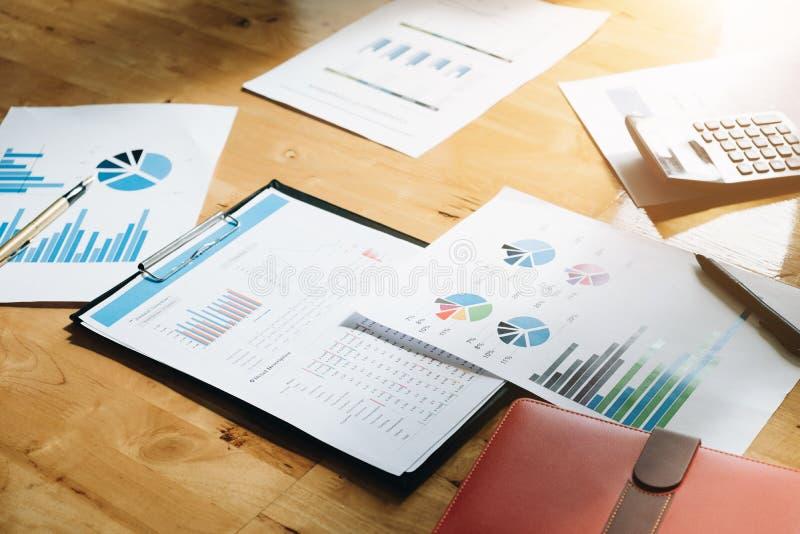 财务数据和营销成长报告在wo的图表文书工作 免版税库存图片