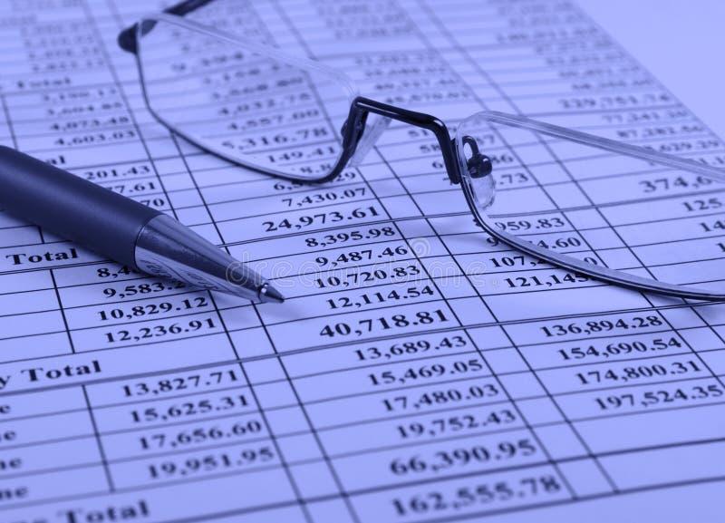 财务玻璃写作报表 免版税图库摄影