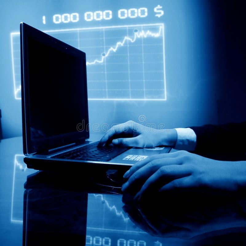 财务膝上型计算机工作 免版税图库摄影