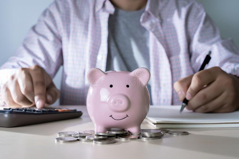 财务认为的年轻人的挽救保存处理金钱inves 免版税库存照片