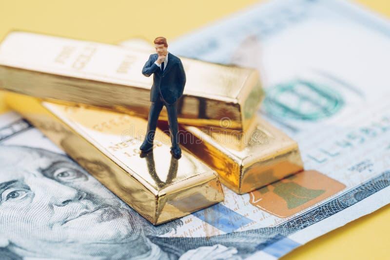 财富管理概念,微型人商人替换者 免版税库存照片