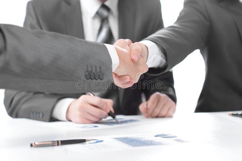 ?? 财政伙伴握手在签合同以后的 图库摄影
