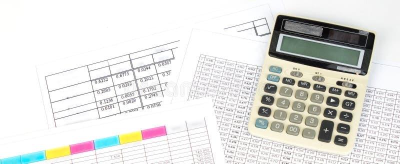 财政图,图表,硬币,在被隔绝的白色背景的计算器 全景,横幅 免版税库存照片