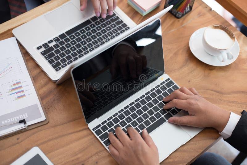 财政审查员分析会计计划报告 在白色的背景商业查出的人 图库摄影