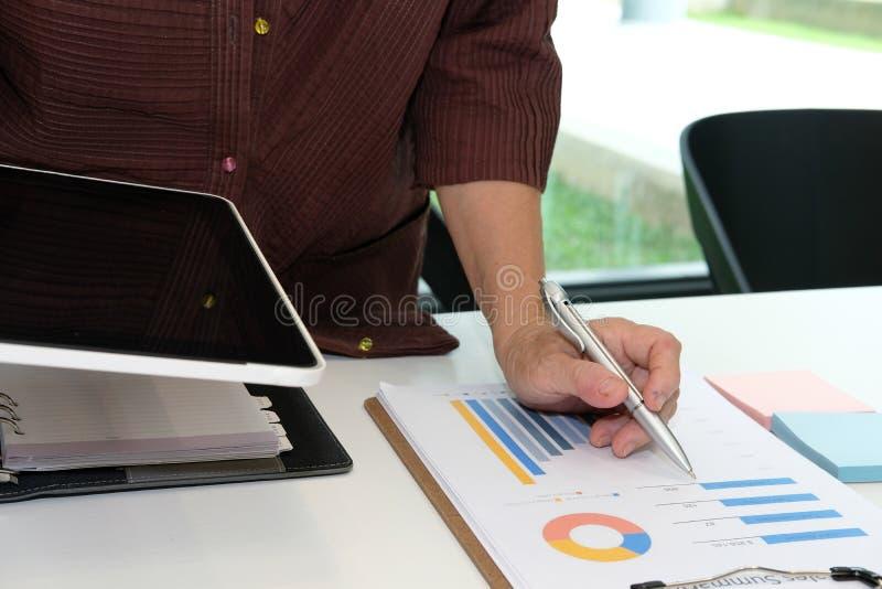财政审查员在办公室分析文件 女实业家wo 免版税库存照片