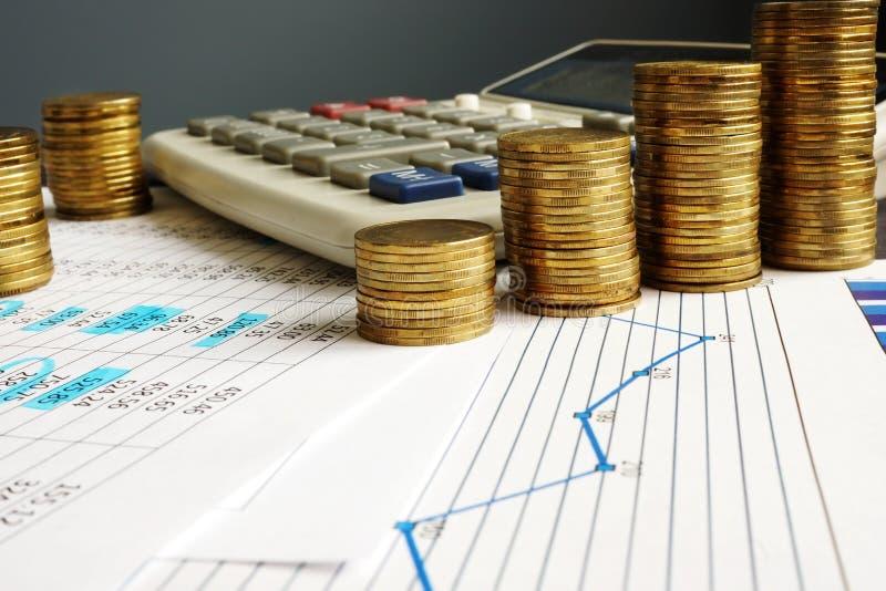 财政成长和企业成功 硬币、计算器和图 免版税库存图片