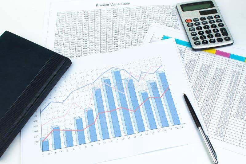 财政打印的纸图、图表和图在桌上 r 库存图片