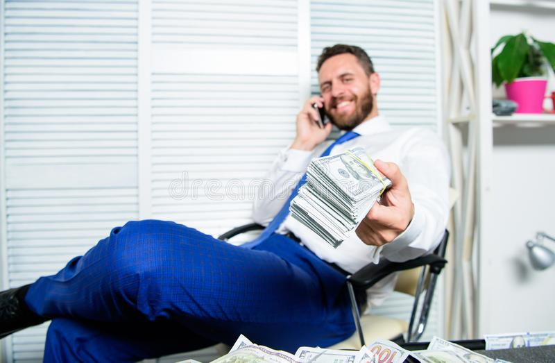 财政欺骗罪行 人挣在流动交谈欺骗的钱 敲诈和金钱强夺 非法金钱赢利 库存图片