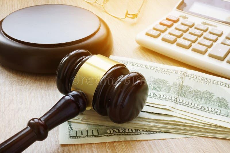 财政欺骗 白领罪行 惊堂木、计算器和金钱 库存图片