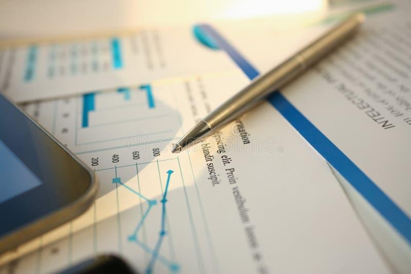 财政统计文件圆珠笔 免版税图库摄影