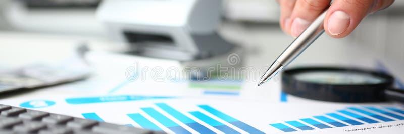 财政统计文件圆珠笔infographics 免版税图库摄影