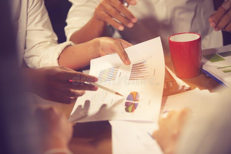 财政顾问、会计和投资概念,企业主在咨询顾问财政会议分析和 免版税库存图片
