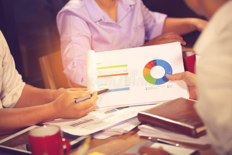 财政顾问、会计和投资概念,企业主在咨询顾问财政会议分析和 库存图片