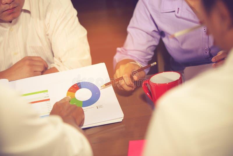 财政顾问、会计和投资概念,企业主在咨询顾问财政会议分析和 免版税图库摄影