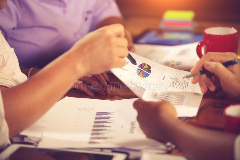 财政顾问、会计和投资概念,企业主在咨询顾问财政会议分析和 免版税库存照片