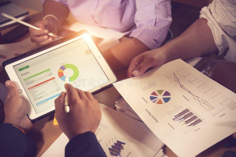 财政顾问、会计和投资概念,企业主在咨询顾问财政会议分析和 库存照片