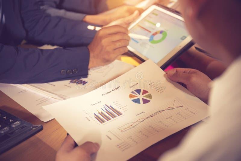 财政顾问、会计和投资概念,企业主在咨询顾问财政会议分析和 图库摄影