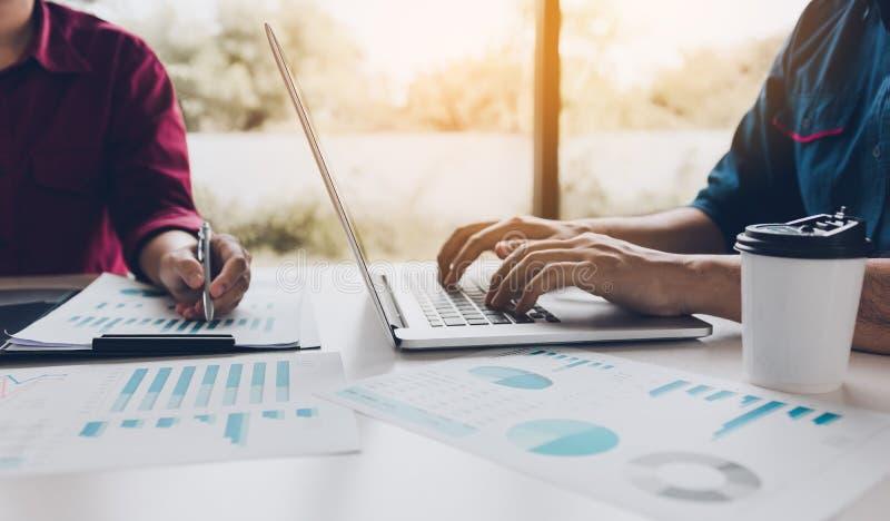 财政顾问与膝上型计算机和分析一起使用在总结ch 免版税库存图片