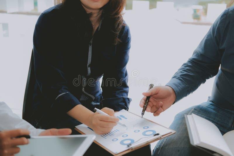 财政顾问谈论与投资者 商人开一次会议 商人与队一起使用 图库摄影