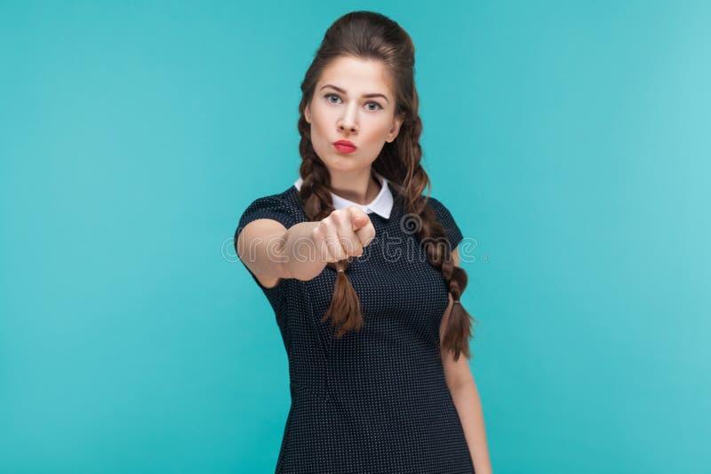 责备,选择 把手指指向的严肃的少妇照相机 免版税库存照片