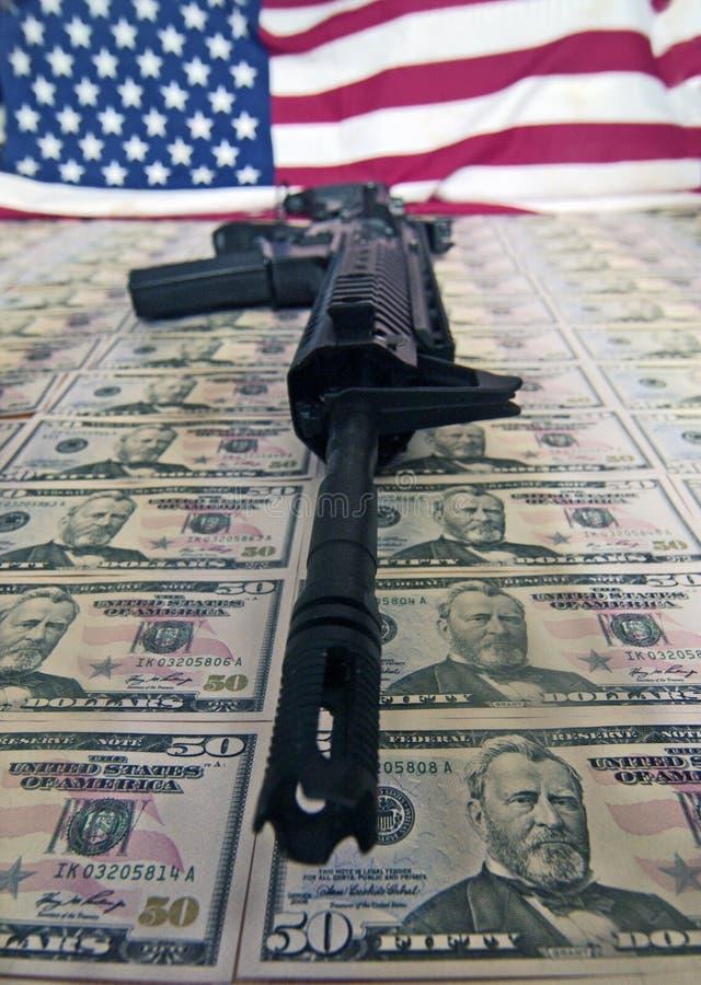 货币、枪和标志 免版税库存照片