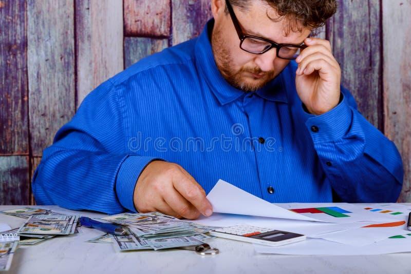 货币、计数与计算器的汇率、技术和人们美元金钱 库存照片