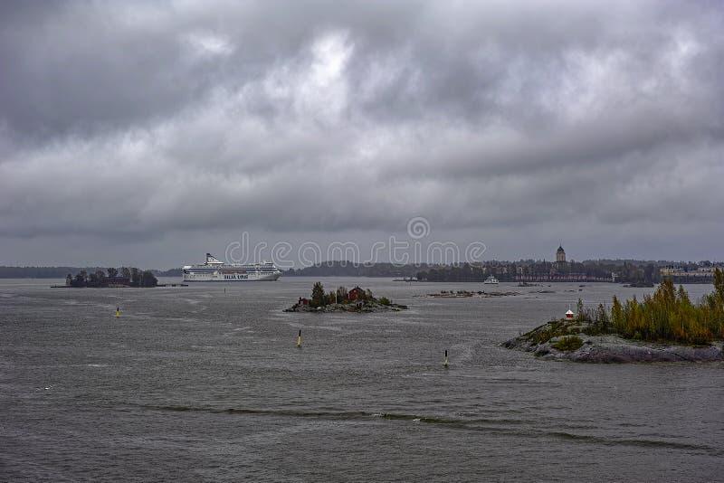 货物乘客巡航轮渡船诗丽雅号小夜曲离开赫尔辛基,芬兰的南港口Tallink多雨阴暗天 库存照片