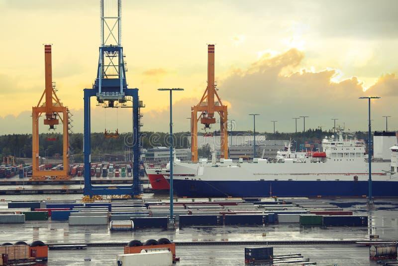 货物口岸在赫尔辛基 在海货物口岸的港口起重机与船 赫尔辛基,芬兰 免版税图库摄影