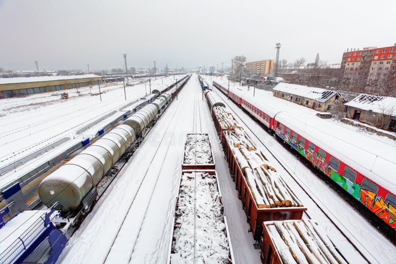 货物在冬天的培训平台,铁路-运送tranportation 免版税图库摄影