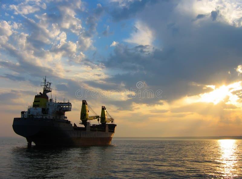 货物干燥船日落 库存图片