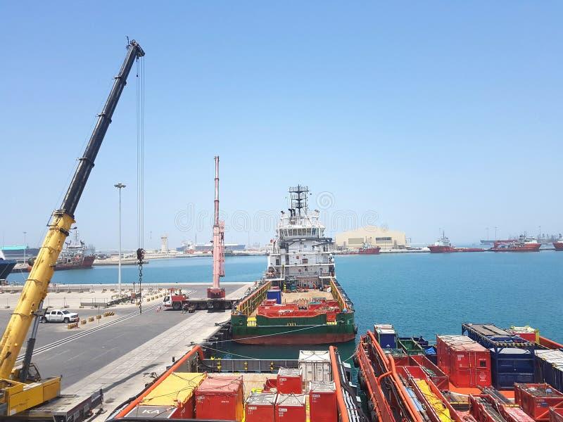 货物操作持续的在机上供应船 后勤学背景 免版税库存图片