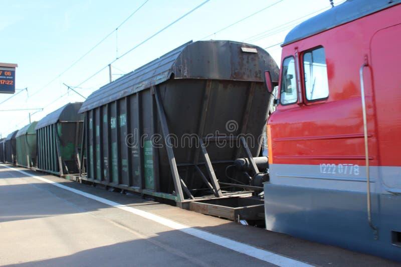 货物无盖货车看法,通过货车,从平台 库存照片