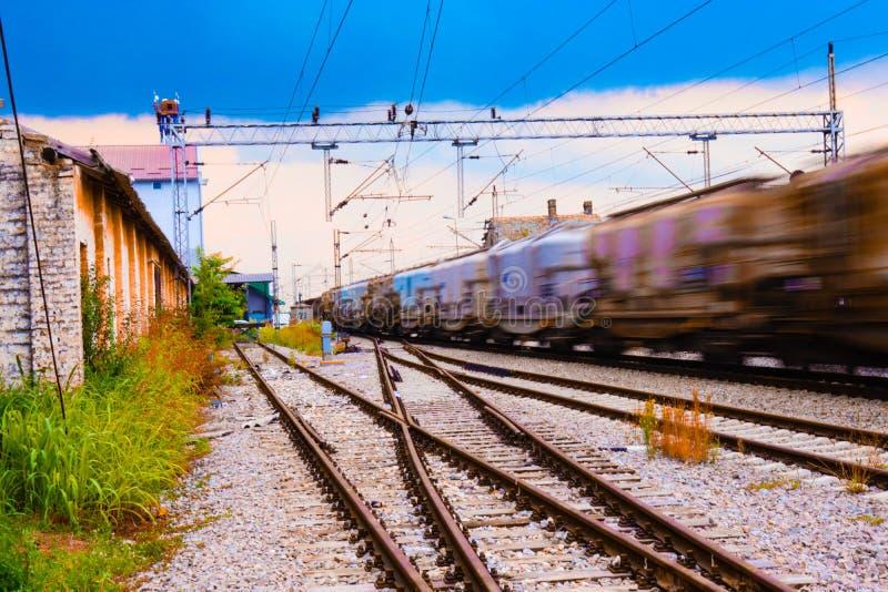 货物火车在火车站中 免版税库存图片
