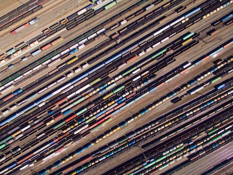 货物火车鸟瞰图  有物品的铁货车在铁路 免版税图库摄影