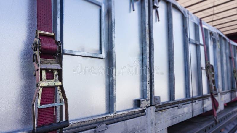 货物紧固在拖车的 配给物仓库 库存图片