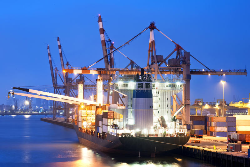 货物靠码头的船 库存图片