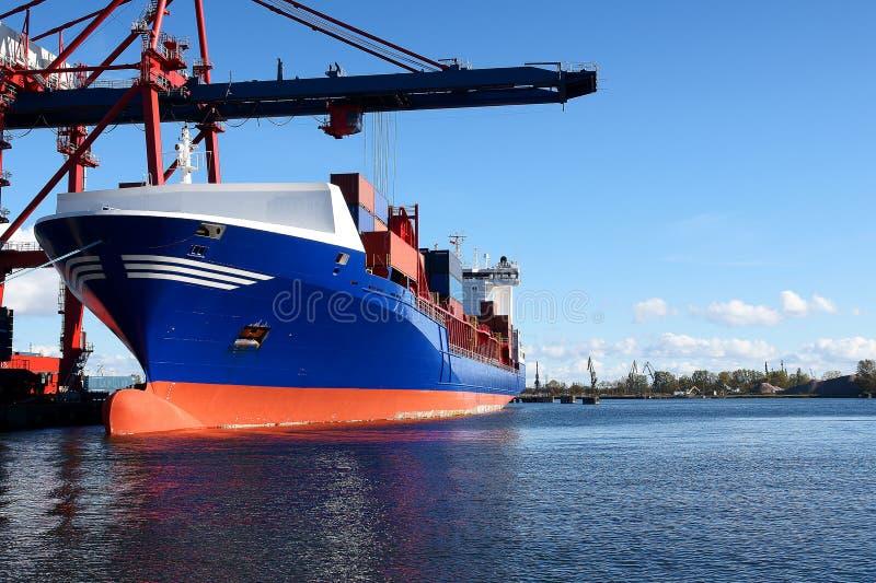 货箱靠码头的船 免版税库存图片