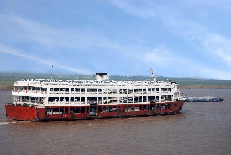 货船包装了与在长江,中国的汽车 免版税库存照片