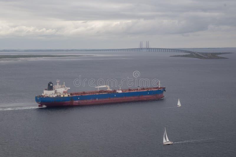 货船和厄勒海峡桥梁 库存照片