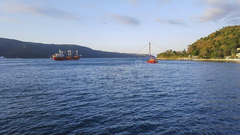 货船和渔夫船在海 免版税库存图片