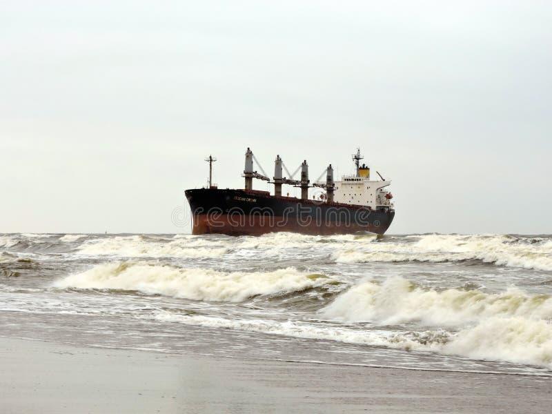 货船在克莱佩达口岸,立陶宛附近的波罗的海 免版税库存图片