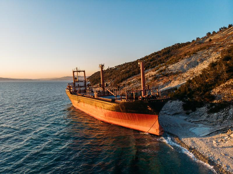 货船搁浅在海海岸线 船舶船海难事故在巨大的海风暴以后的,鸟瞰图 库存图片