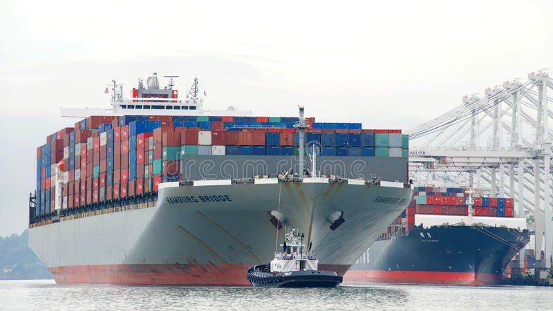 货船离去汉堡的桥梁奥克兰港  库存图片
