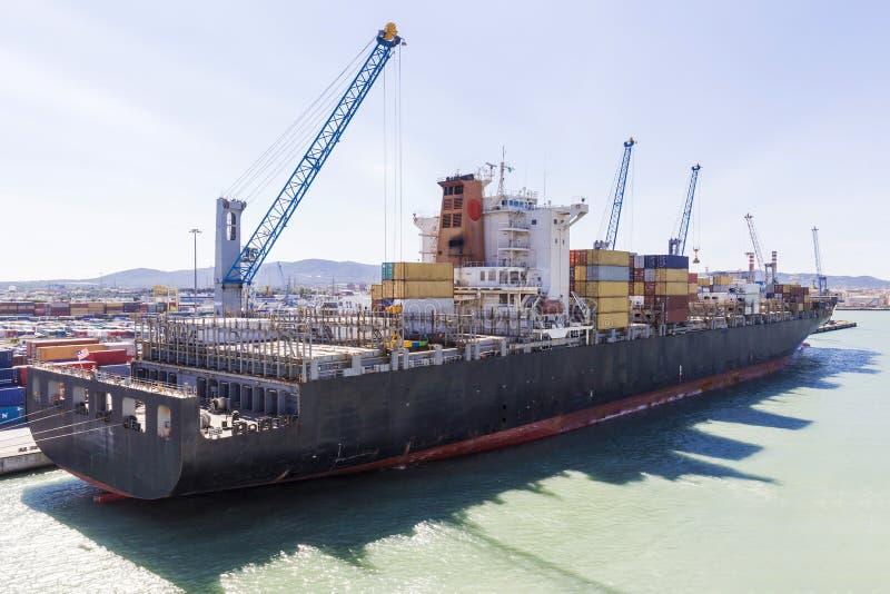 货船被停泊在港口 库存照片