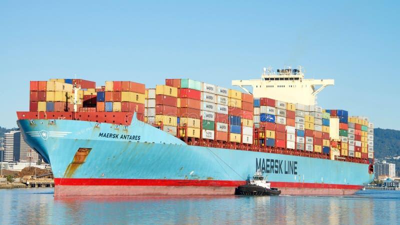 货船进入奥克兰的港马士基ANTARES 库存照片