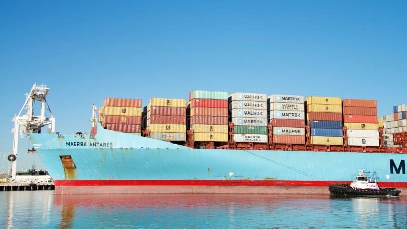 货船进入奥克兰的港马士基ANTARES 免版税库存照片