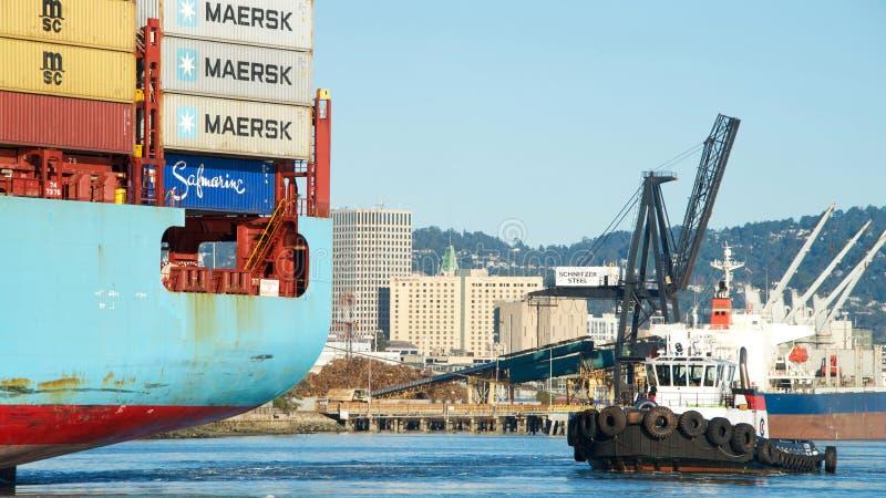 货船进入奥克兰的港马士基ANTARES 图库摄影