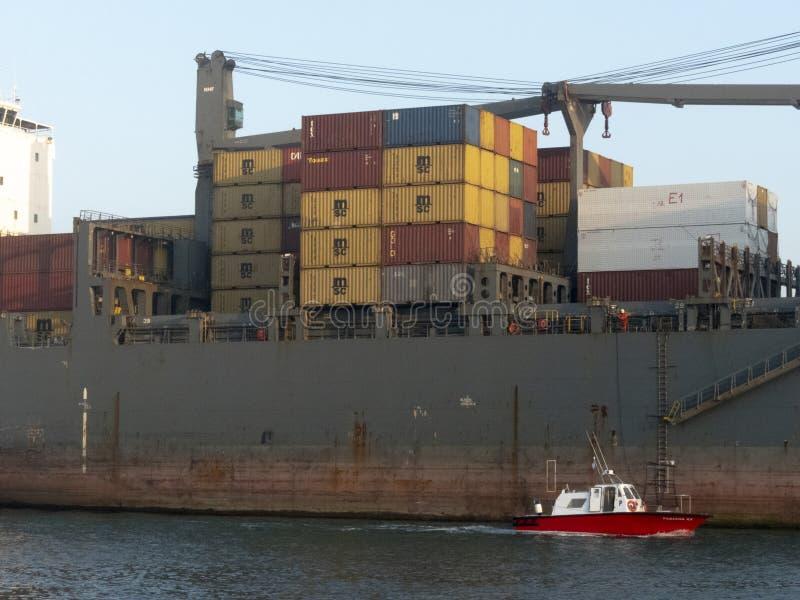 货船通过桑托斯港的渠道航行雾的 免版税库存照片